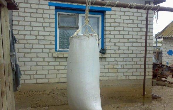 Как сделать из мешка грушу боксерскую